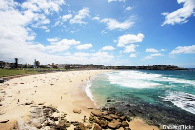 Cheap golf vacation: Bondi beach with golf course above